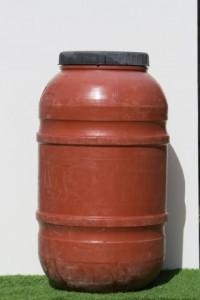 """חבית פלסטיק בנפח 220 ליטר בעלת מכסה מתברג -100 ש""""ח"""